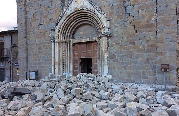 La chiesa di San Francesco del 1300 ad Amatrice dopo il sisma del 24 agosto 2016.