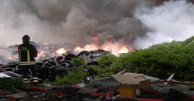 Rifiuti in fiamme nella terra dei fuochi fra Caserta e Napoli
